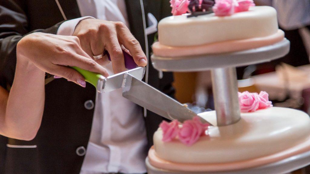 #oberhand #torteanschneiden #hochzeitstorte #hochzeit #hochzeitsplanerallgaeu #hochzeitsplaner #weddingplanner #cuttingthecake #weddingcake